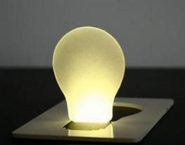 Карманный светильник складывается в форму визитки фото